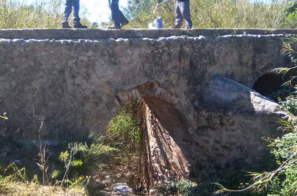 El Ayuntamiento de l'Alfàs limpia las pintadas del acueducto de Soler