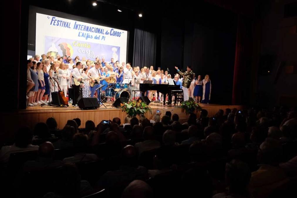 Finaliza el Festival de Coros de l'Alfàs con el multitudinario concierto Tributo a ABBA