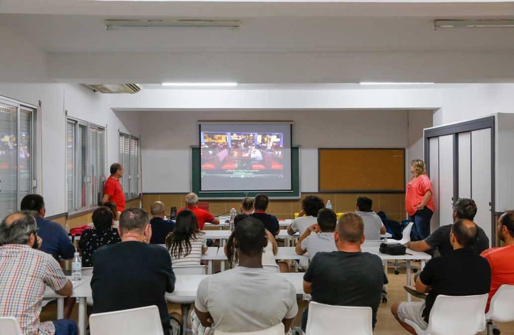 Una veintena de monitores de distintas escuelas y clubes deportivos se forman en el uso del desfibrilador
