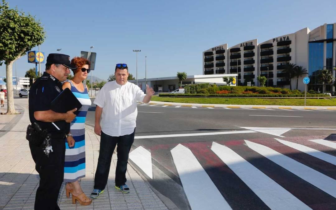 El Ayuntamiento renueva la señalización de tráfico de l'Albir para mejorar la seguridad en sus viales principales