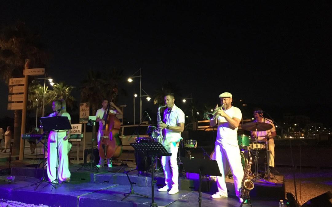 La playa del Racó de l'Albir se rinde al encanto del jazz de Chameleon