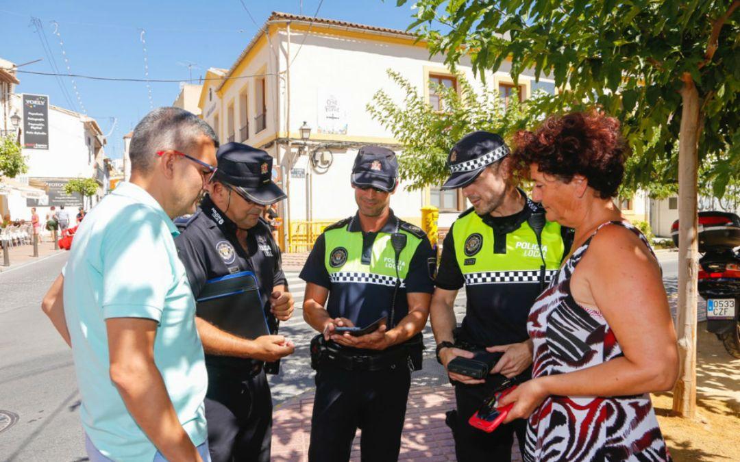 La Policía Local de l'Alfàs usa ordenadores de bolsillo para la tramitación de sanciones
