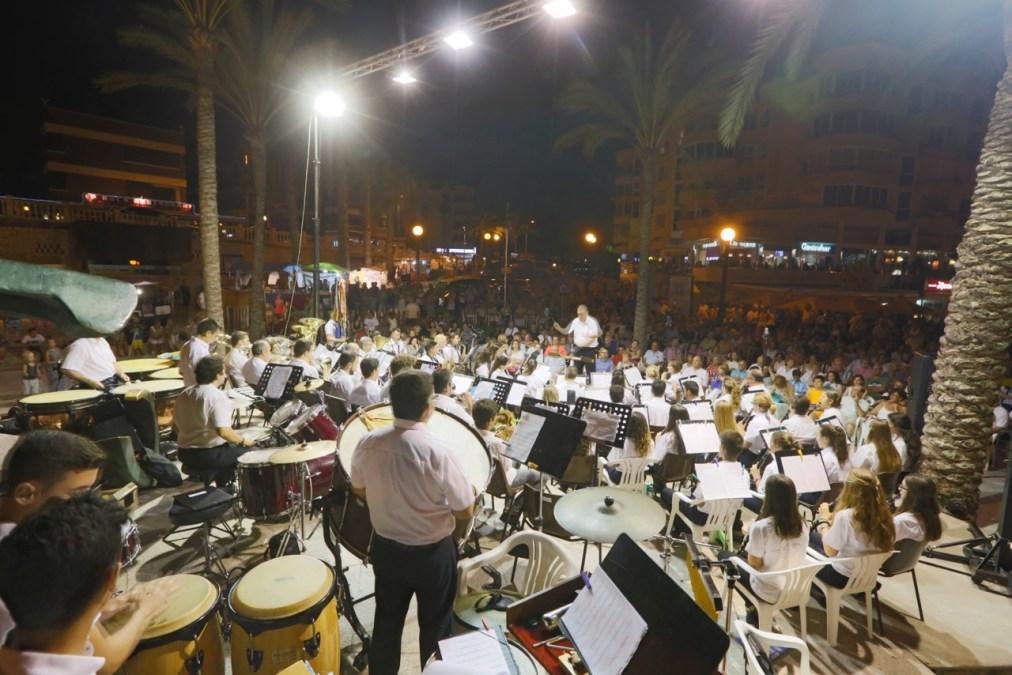 La Sociedad Musical La Lira de l'Alfàs del Pi inundó de música la playa del Racó l'Albir con su concierto de verano