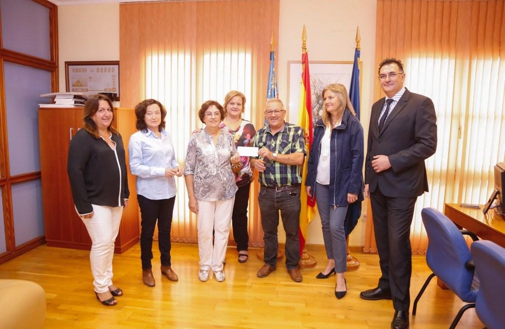El voluntariado social recibe la recaudación del mercadillo y la paella solidaria organizada por los jubilados de l'Albir
