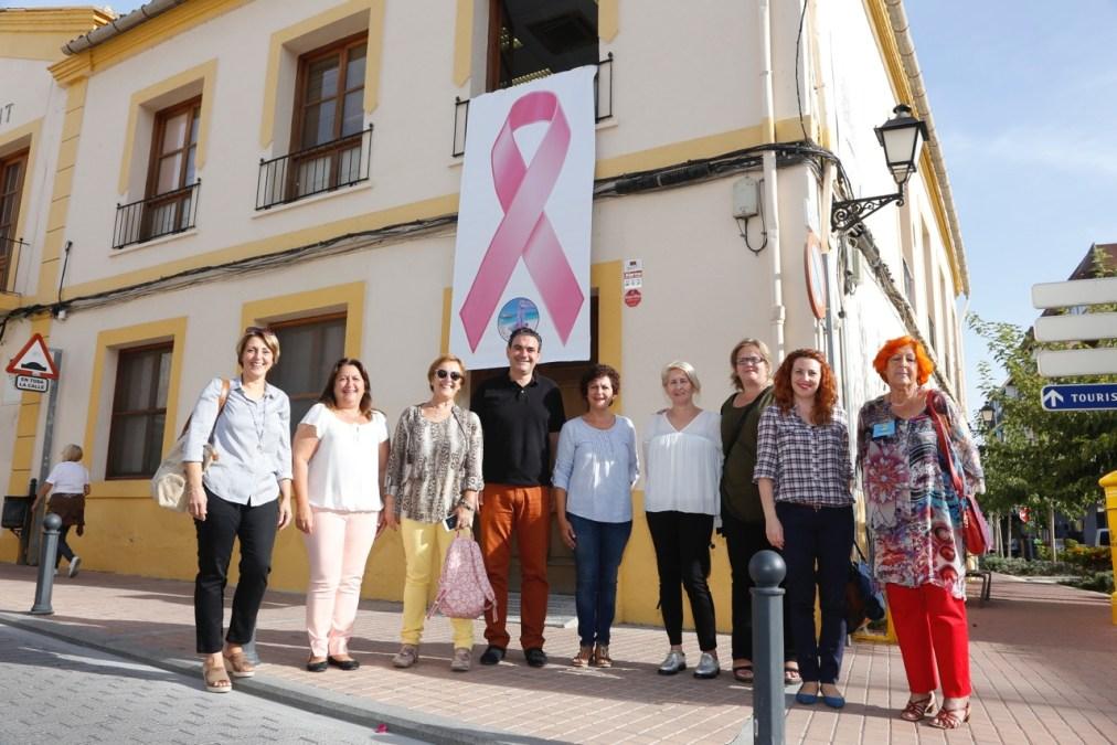 L'Alfàs del Pi y Anémona escenifican su compromiso por la lucha contra el cáncer de mama