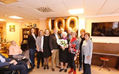 Celebración especial en la residencia Anneke de l'Alfàs por el centenario de Catharina Duijvestijn