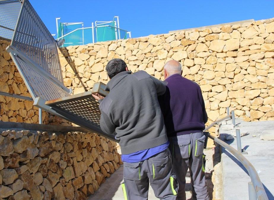 Los servicios técnicos retiran las vallas que derribó el viento en el polideportivo