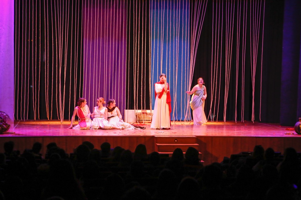 Más de 400 jóvenes del IES L'Arabí asisten a la representación de 'Lysistrata' de Arabí Teatre