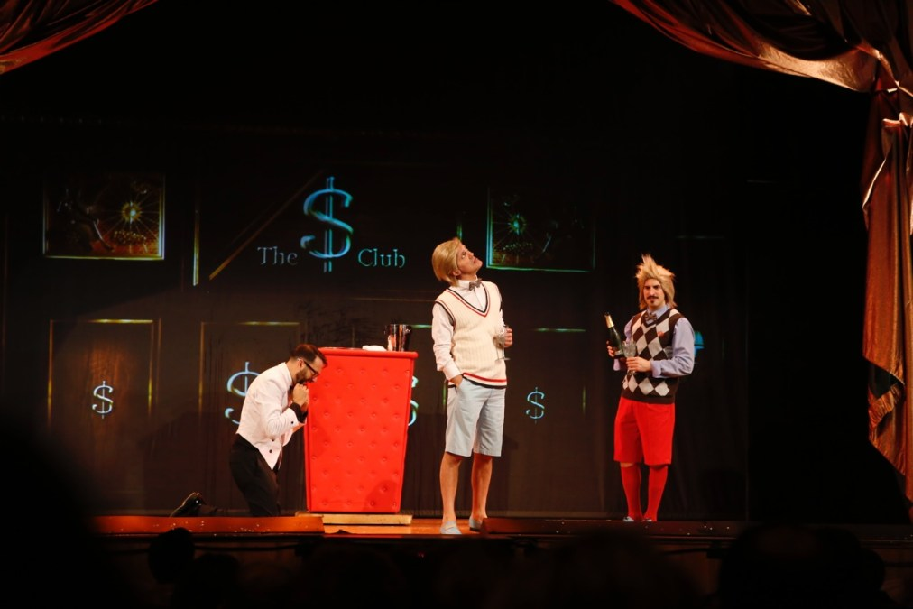 El humor gamberro de Yllana logra poner en pie al auditorio de la Casa de Cultura de l'Alfàs