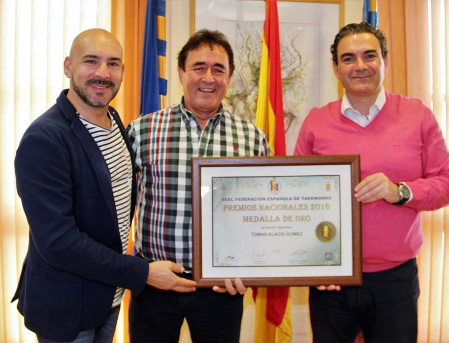 El Alcalde de l'Alfàs del Pi Vicente Arques recibió Tomas Alacid por haberle sido concedida la medalla de oro del deporte de la federación española de taekwondo
