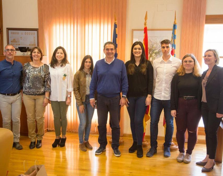 El Ayuntamiento de l'Alfàs reconoce la excelencia académica de cinco alumnos del municipio