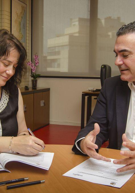 El alcalde de l'Alfàs del Pi, Vicente Arques, y la directora general de Gas Natural Cegas, Celestina López, han renovado el acuerdo por el que la compañía patrocinará por tercer año consecutivo el Festival de Cine de l'Alfàs del Pi