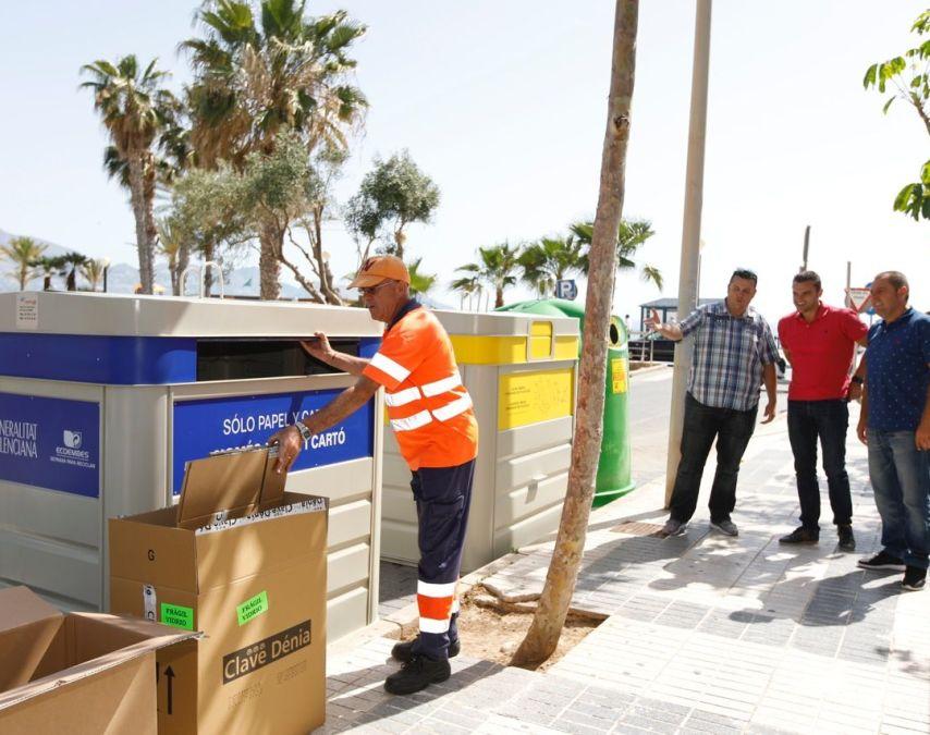 El concejal Óscar Pérez junto al nuevo punto de reciclaje selectivo de playa Albir, en l'Alfàs del Pi.