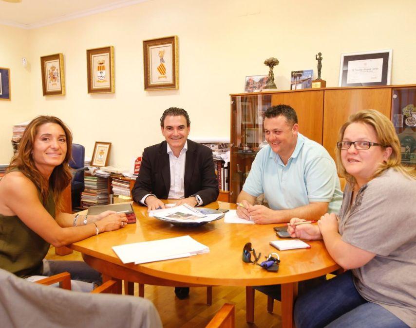 El alcalde de l'Alfàs del Pi, Vicente Arques, se reúne con la presidenta de la Asociación Cuidemos El Albir, Valeria Antonelli.