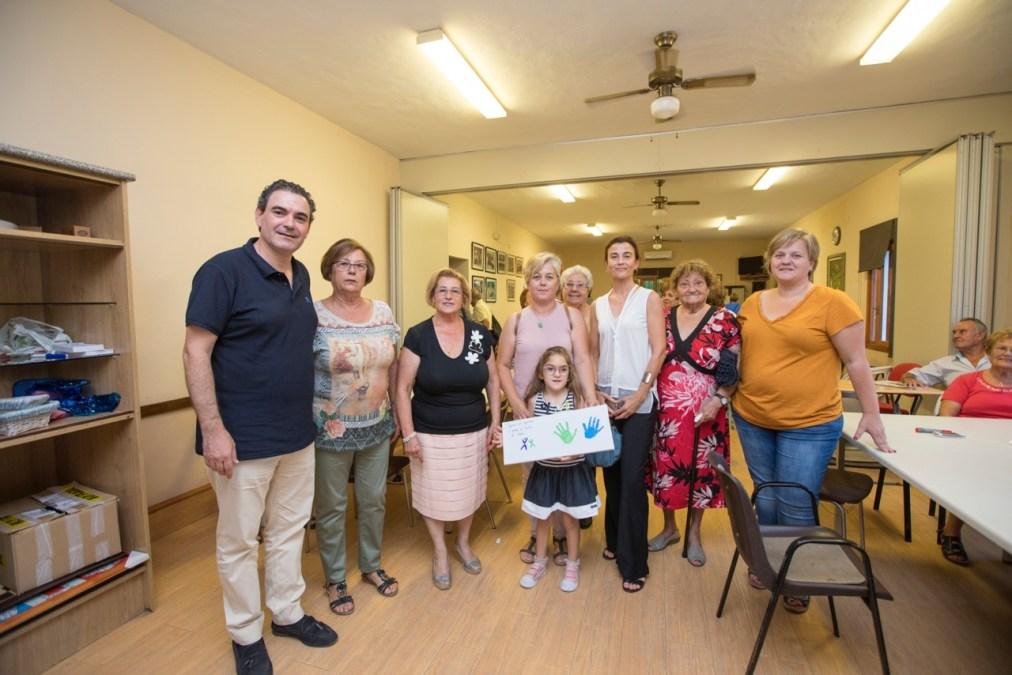 Integra dona un cuadro pintado por los niños de la asociación al Hogar del Pensionista de l'Alfàs del Pi