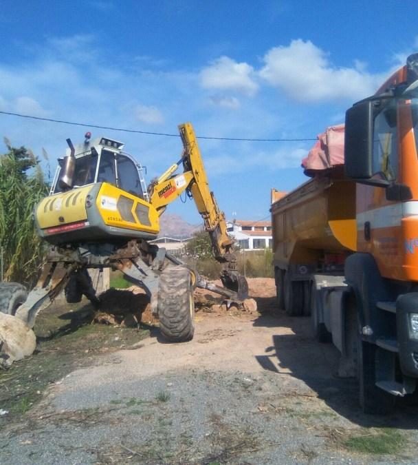 Trabajos de limpieza en el cauce del Barranco de Soler en l'Alfàs