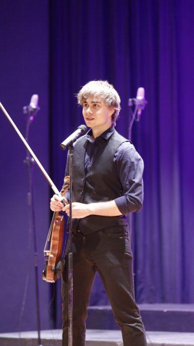 El músico noruego Alexander Rybak triunfa en l'Alfàs del Pi