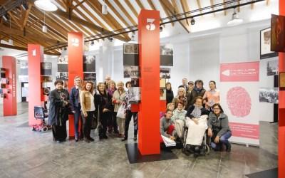 La Asociación de Amas de Casa visita la exposición 'Mujeres en vanguardia'