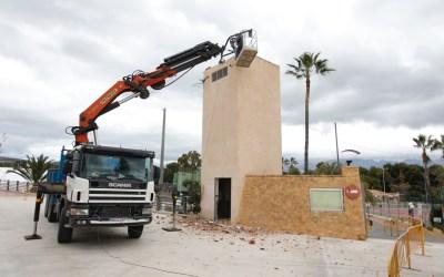 L'Alfàs elimina la torreta de luz situada en el acceso al polideportivo