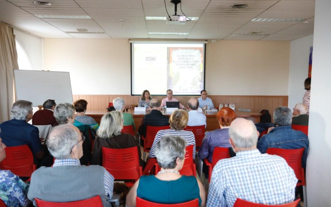 Francisco Amillo presentó en l'Alfàs su libro sobre la Segunda República y la Guerra Civil en Benidorm
