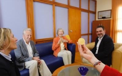 Felicitación del alcalde de l'Alfàs a la escritora noruega Lise Kristensen