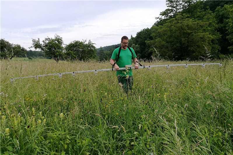 Auf einer Breite von sechs Metern durchkaemmt Matthias 568329 - Rehkitzrettung