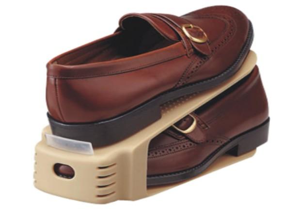 los organizadores de zapatos son perfectos para reducir el espacio a la mitad
