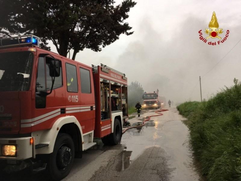 Distrutto dalle fiamme a Senigallia un deposito di cosmetici