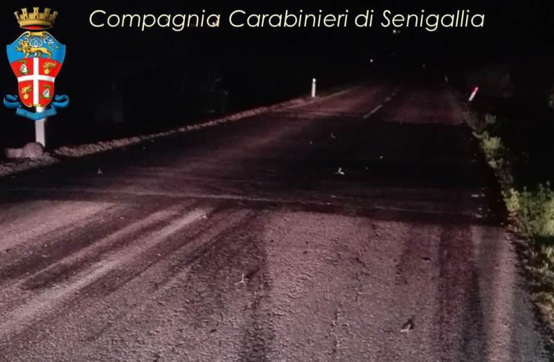 Fanno saltare un altro bancomat, inseguiti dai carabinieri bloccano la strada
