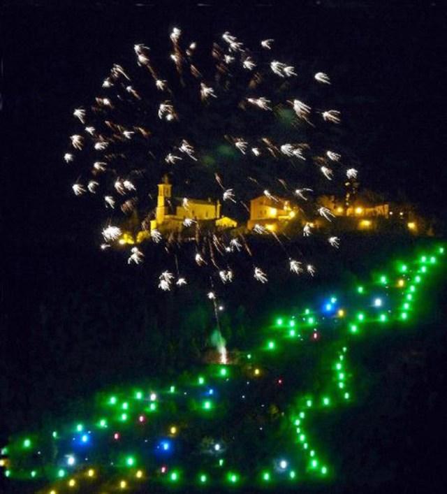 A Castelbellino si accende l'Albero luminoso della Vallesina