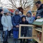 """FANO / Inaugurato a Sant'Orso il punto libri gratuito """"Little Free Library"""""""