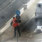 SENIGALLIA / Marciapiede reso pericoloso dal guano, interviene un operatore ecologico