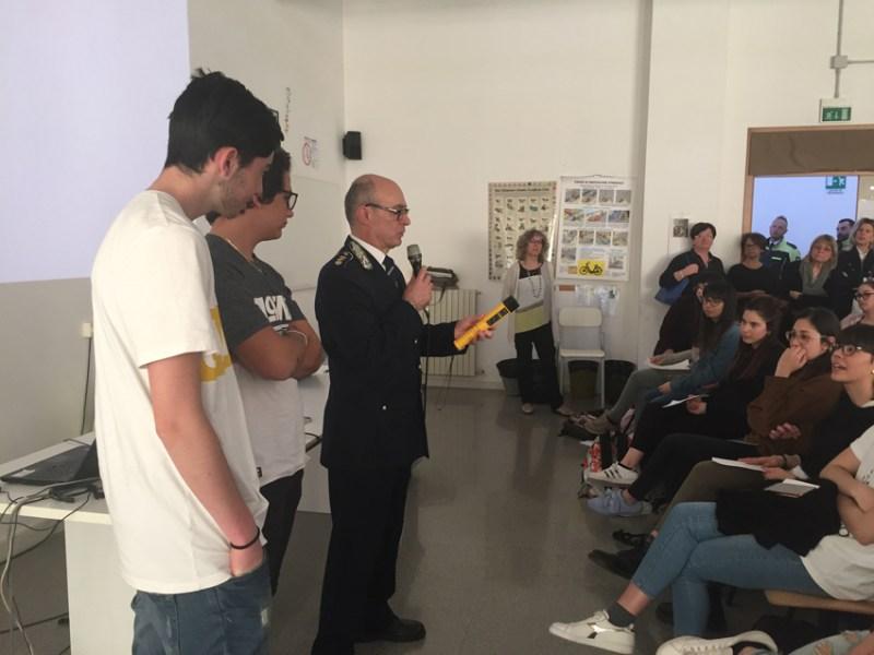 JESI / Lezione speciale della Polizia locale agli studenti del Cuppari