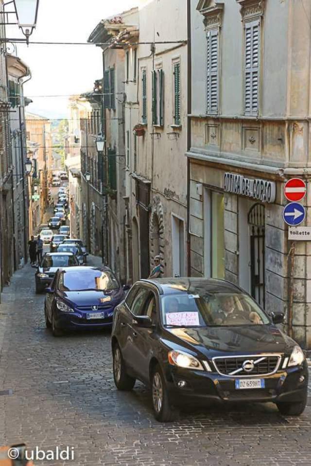 """Un """"serpentone"""" nel centro storico di Ostra per far revocare alla Giunta Storoni la decisione di inversione della viabilità"""