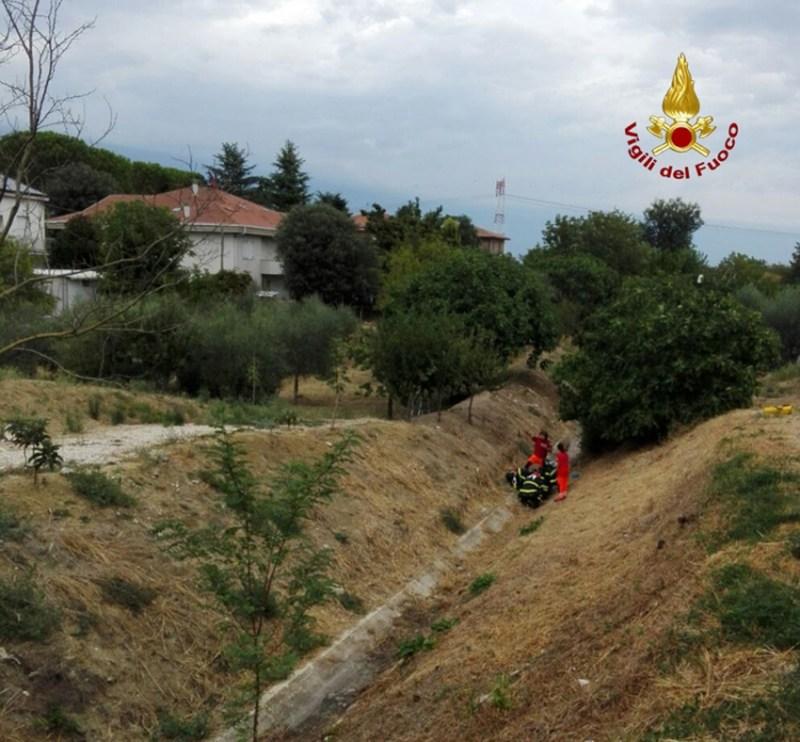Cade in un canale, anziana soccorsa dai vigili del fuoco a Borghetto di Monte San Vito