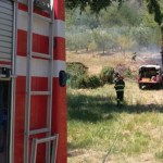 Vegetazione in fiamme alla periferia di Rosora