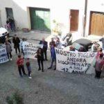 Ragazzi penalizzati a Serra de' Conti dopo i tagli al trasporto scolastico, in piazza la protesta dei genitori