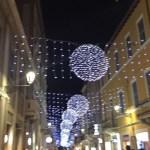 Senigallia accende il Natale: luminarie in centro e pista sul ghiaccio alla Rocca