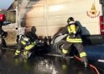 Furgone in fiamme sull'autostrada, traffico bloccato per venti minuti