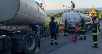 Autocisterna carica di bitume liquido caldo finisce in un campo di girasoli, bloccata per tre ore a Senigallia la strada della Marina