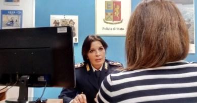 Cinque donne segnalano minacce e violenze in famiglia: due italiani e tre stranieri denunciati dalla polizia