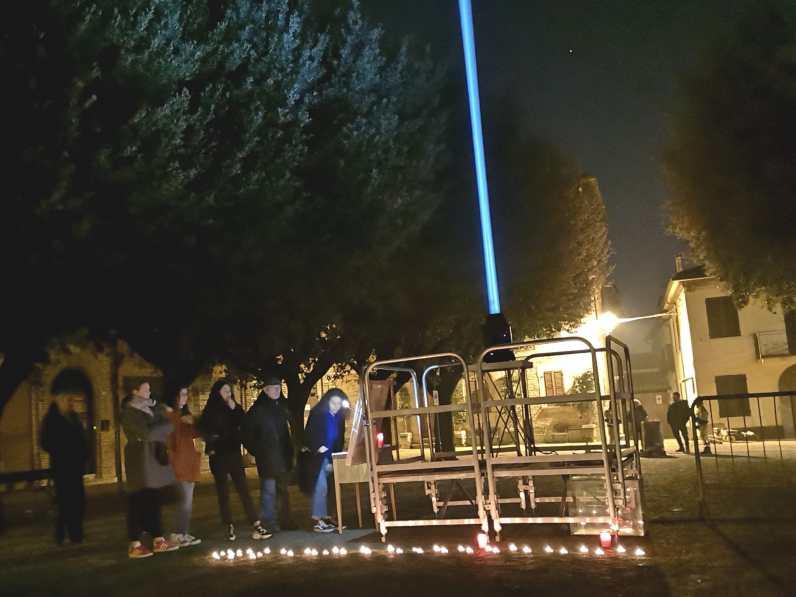 CORINALDO piazza il terreno ricordo vittime lanterna azzurra2019-12-07 (4)