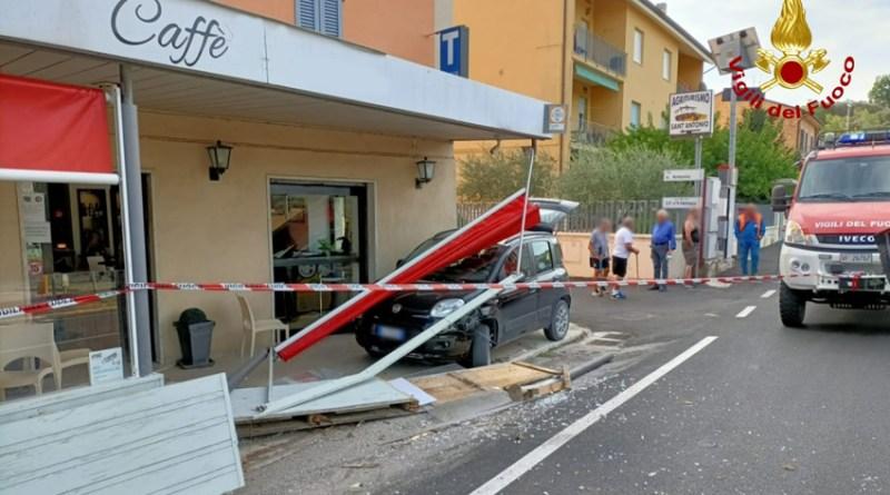 Conducente colta da malore, l'auto finisce contro i tavolini di un bar