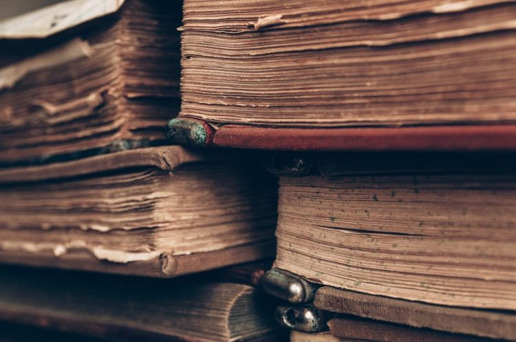 Questa immagine ha l'attributo alt vuoto; il nome del file è books-4812032_1920-1024x680.jpg