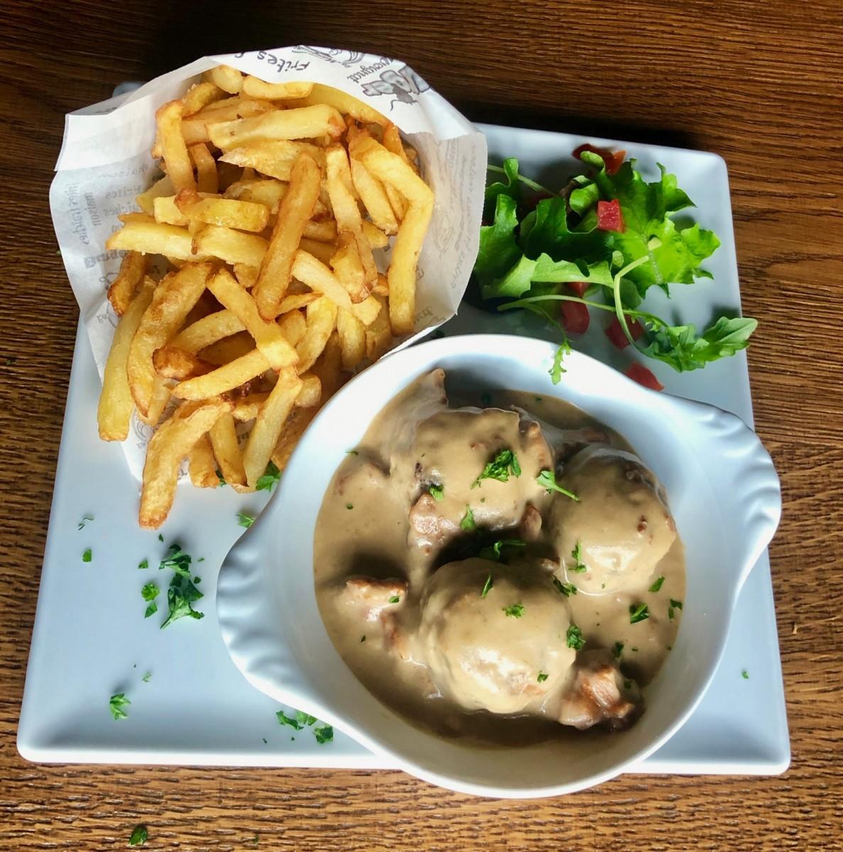 Cassolette de boulettes de poulet, sauce aux girolles à La Mangoune