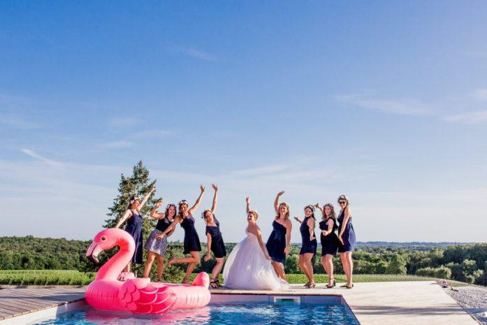 Team bride devant une piscine et une bouée flamant rose