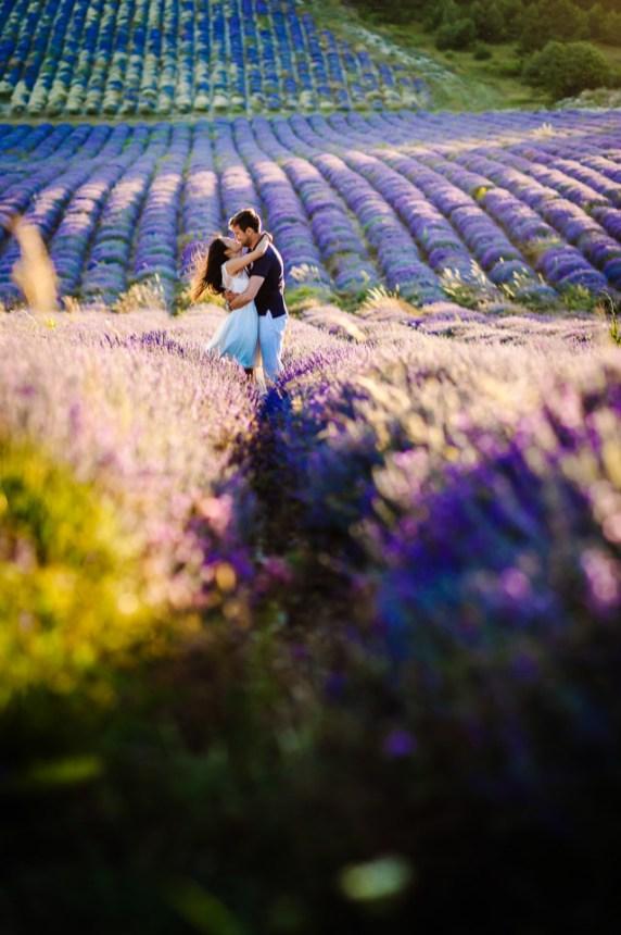 Séance engagement aux couleurs de lavande   Photo Johanna Marjoux   Blog La Mariée Sous Les Etoiles