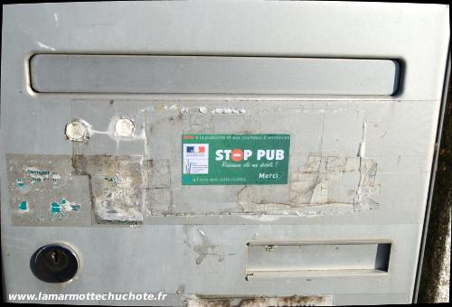 Autocollant Stop Pub sur une boîte aux lettres