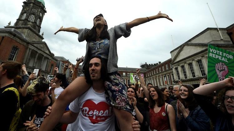 Festejos en Irlanda tras la victoria del Sí en el referendo por el aborto (REUTERS/Clodagh Kilcoyne)