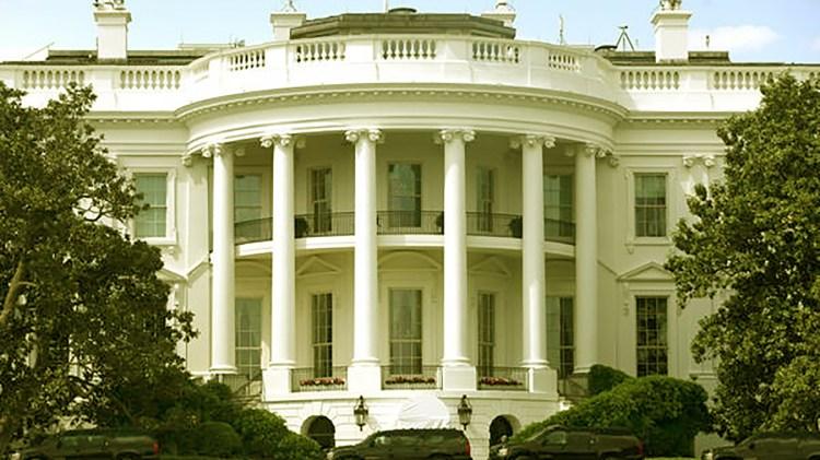 Según el texto, muchos funcionarios en Casa Blanca intentan controlar los impulsos del presidente.